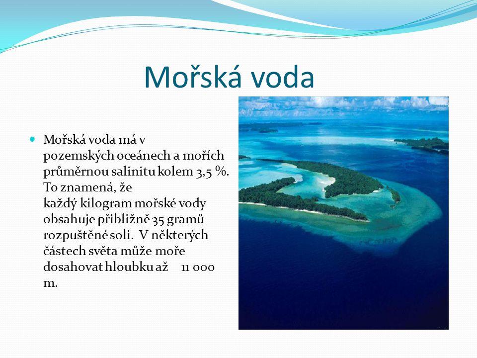 Mořská voda Mořská voda má v pozemských oceánech a mořích průměrnou salinitu kolem 3,5 %. To znamená, že každý kilogram mořské vody obsahuje přibližně