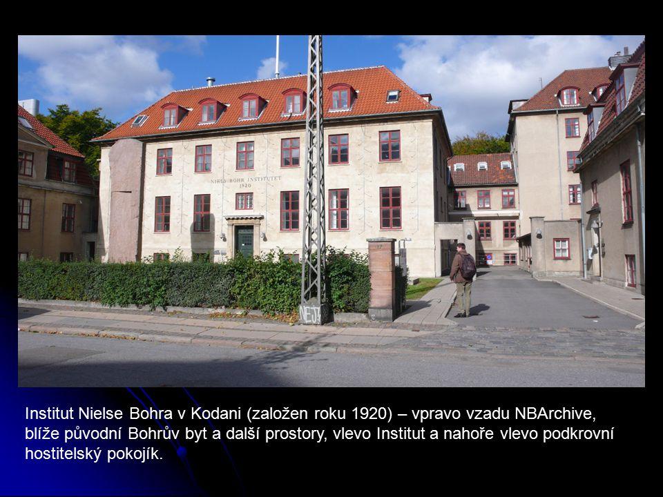 Institut Nielse Bohra v Kodani (založen roku 1920) – vpravo vzadu NBArchive, blíže původní Bohrův byt a další prostory, vlevo Institut a nahoře vlevo podkrovní hostitelský pokojík.