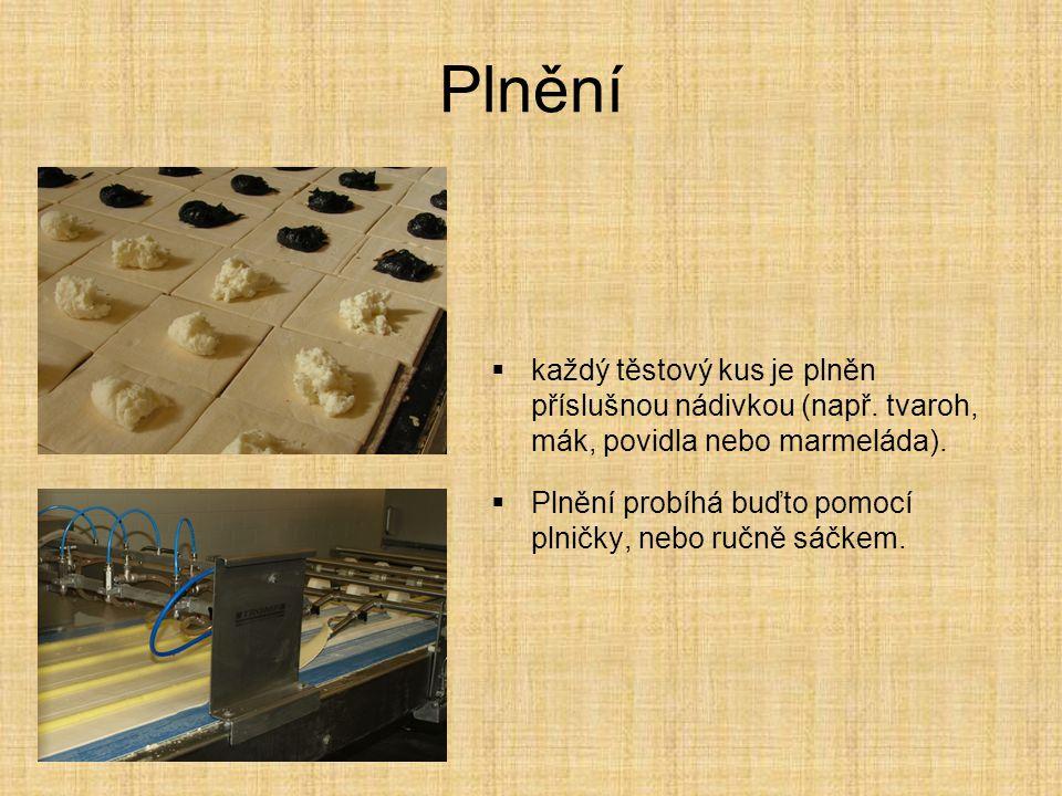 Plnění  každý těstový kus je plněn příslušnou nádivkou (např. tvaroh, mák, povidla nebo marmeláda).  Plnění probíhá buďto pomocí plničky, nebo ručně