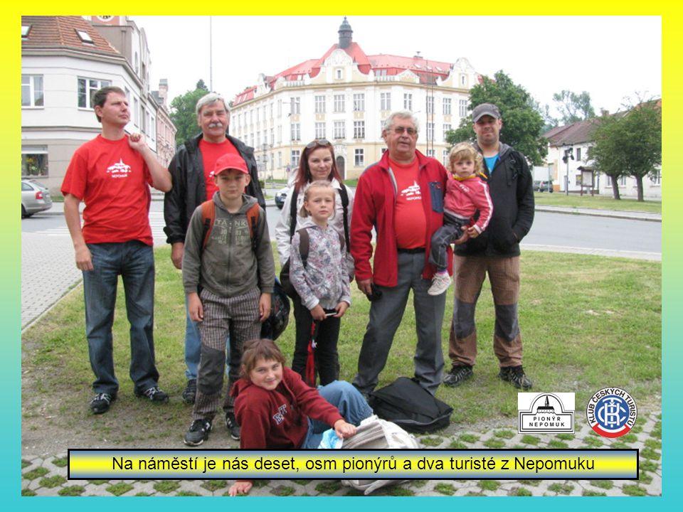 Na náměstí je nás deset, osm pionýrů a dva turisté z Nepomuku