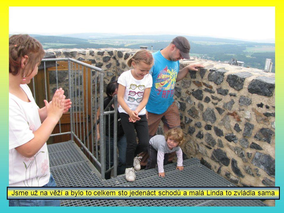 Jsme už na věží a bylo to celkem sto jedenáct schodů a malá Linda to zvládla sama