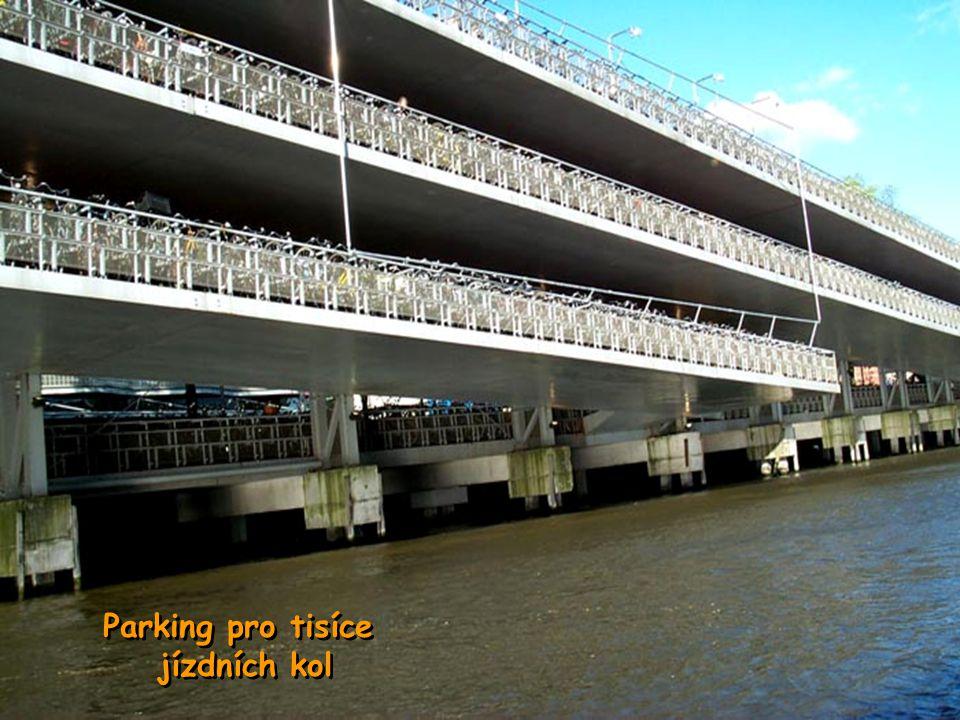 Amsterodam je městem pro pěší, cyklisty nebo lodě.