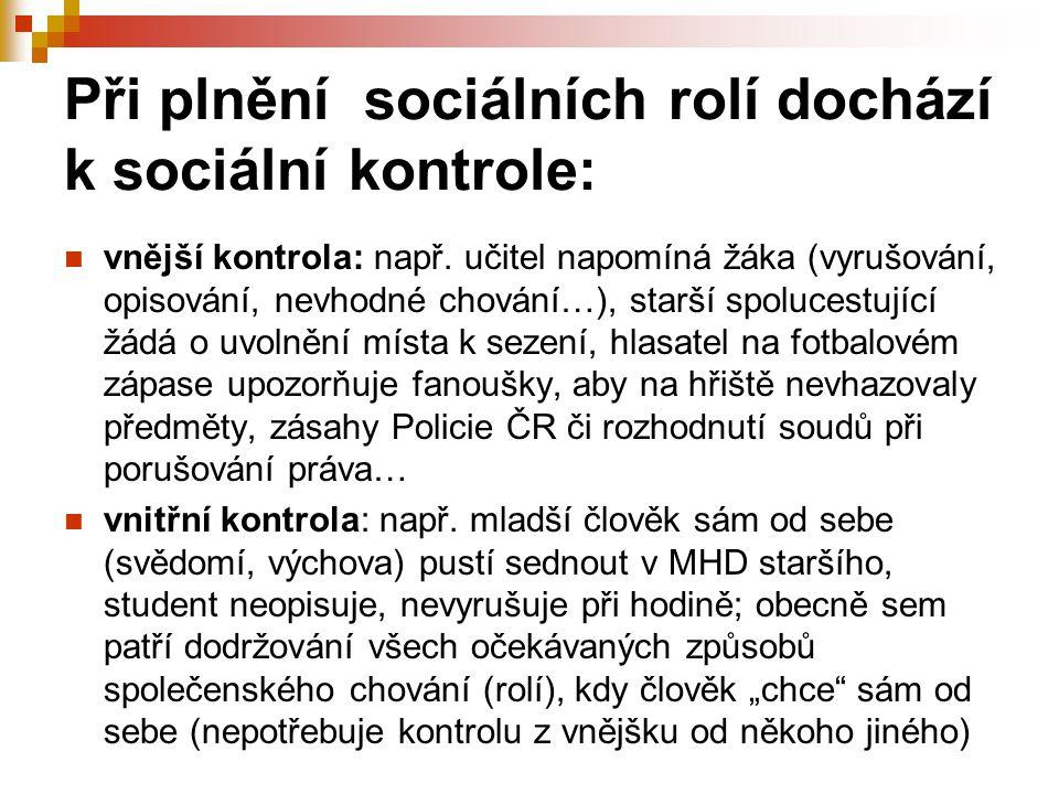Při plnění sociálních rolí dochází k sociální kontrole: vnější kontrola: např. učitel napomíná žáka (vyrušování, opisování, nevhodné chování…), starší