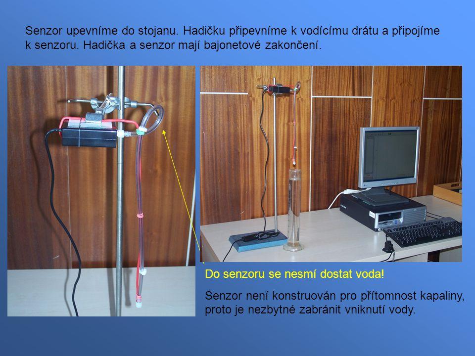 Senzor upevníme do stojanu. Hadičku připevníme k vodícímu drátu a připojíme k senzoru.