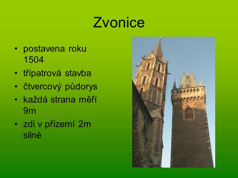 Zvonice postavena roku 1504 třípatrová stavba čtvercový půdorys každá strana měří 9m zdi v přízemí 2m silné
