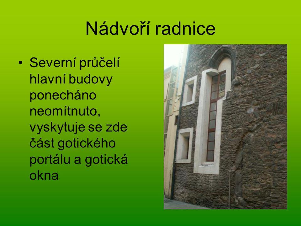 Nádvoří radnice Severní průčelí hlavní budovy ponecháno neomítnuto, vyskytuje se zde část gotického portálu a gotická okna