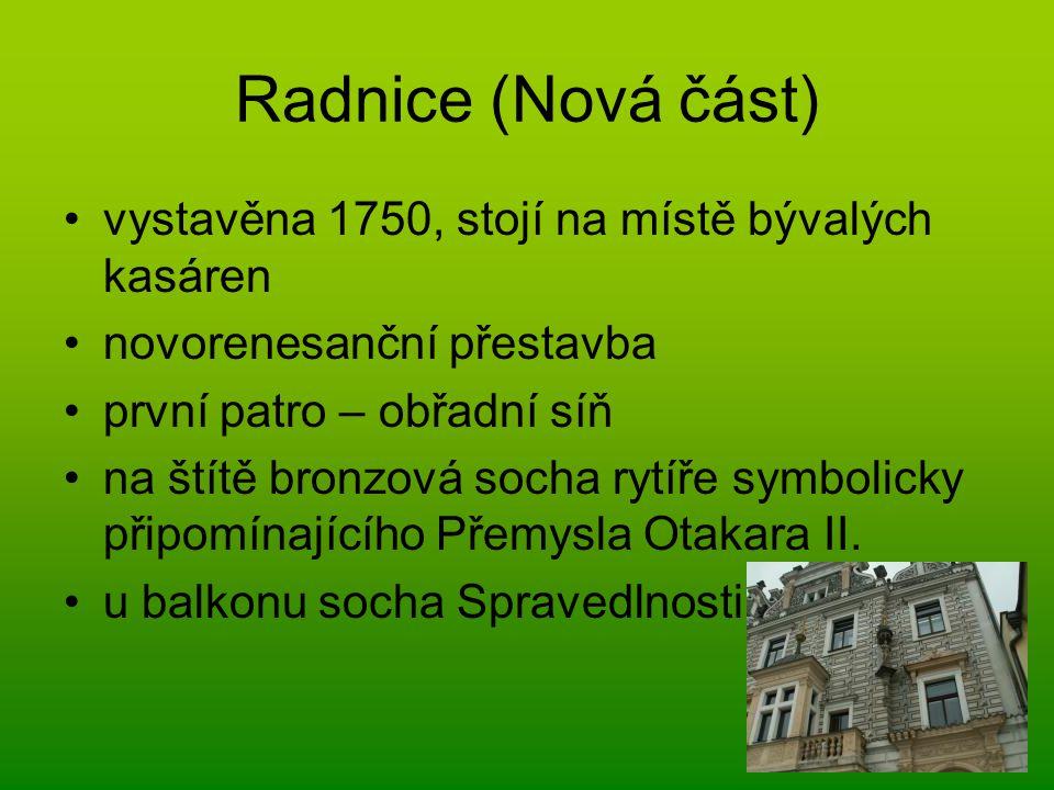 Radnice (Nová část) vystavěna 1750, stojí na místě bývalých kasáren novorenesanční přestavba první patro – obřadní síň na štítě bronzová socha rytíře