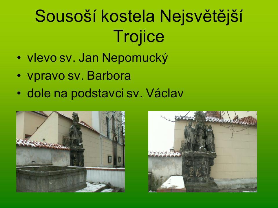 Sousoší kostela Nejsvětější Trojice vlevo sv. Jan Nepomucký vpravo sv. Barbora dole na podstavci sv. Václav