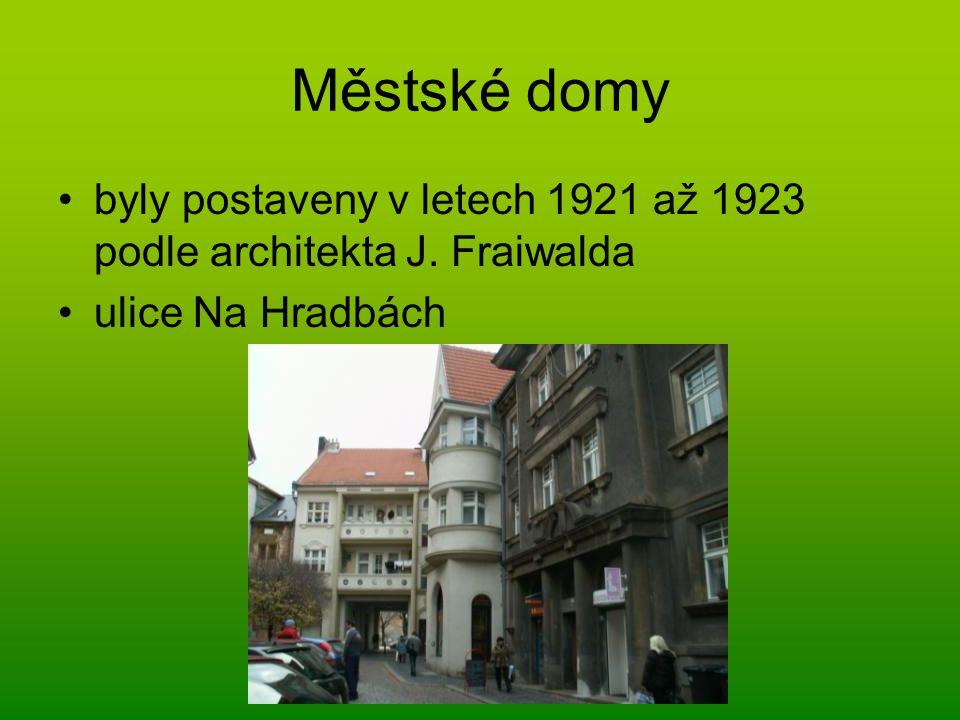 Městské domy byly postaveny v letech 1921 až 1923 podle architekta J. Fraiwalda ulice Na Hradbách