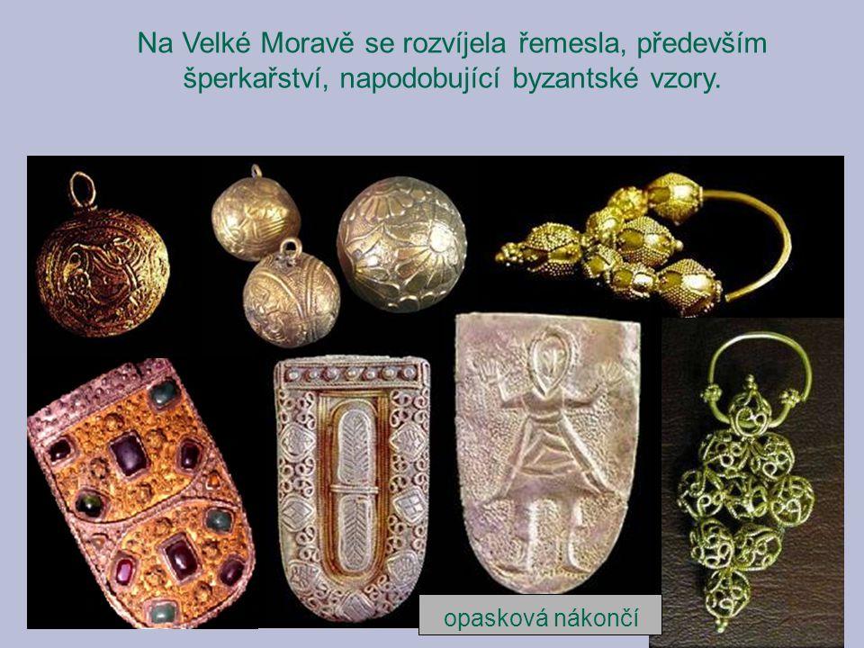 Na Velké Moravě se rozvíjela řemesla, především šperkařství, napodobující byzantské vzory. opasková nákončí