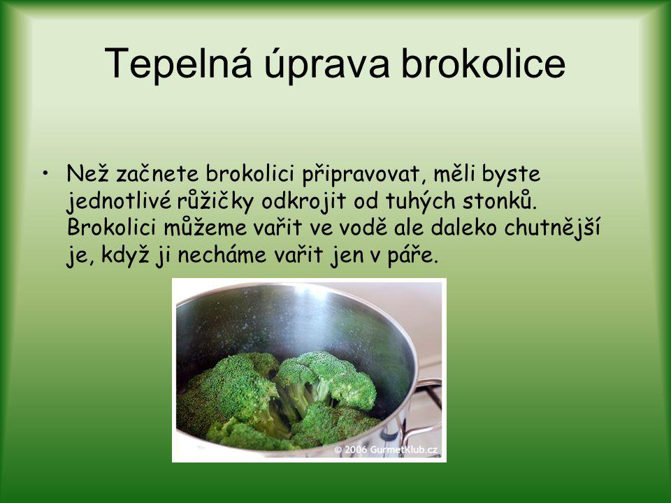 Tepelná úprava brokolice Než začnete brokolici připravovat, měli byste jednotlivé růžičky odkrojit od tuhých stonků. Brokolici můžeme vařit ve vodě al