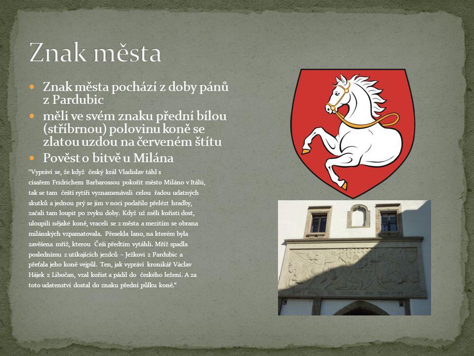 Znak města pochází z doby pánů z Pardubic měli ve svém znaku přední bílou (stříbrnou) polovinu koně se zlatou uzdou na červeném štítu Pověst o bitvě u Milána Vypráví se, že když český král Vladislav táhl s císařem Fridrichem Barbarossou pokořit město Miláno v Itálii, tak se tam čeští rytíři vyznamenávali celou řadou udatných skutků a jednou prý se jim v noci podařilo přelézt hradby, začali tam loupit po zvyku doby.