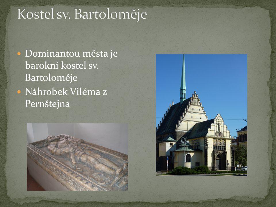 Dominantou města je barokní kostel sv. Bartoloměje Náhrobek Viléma z Pernštejna