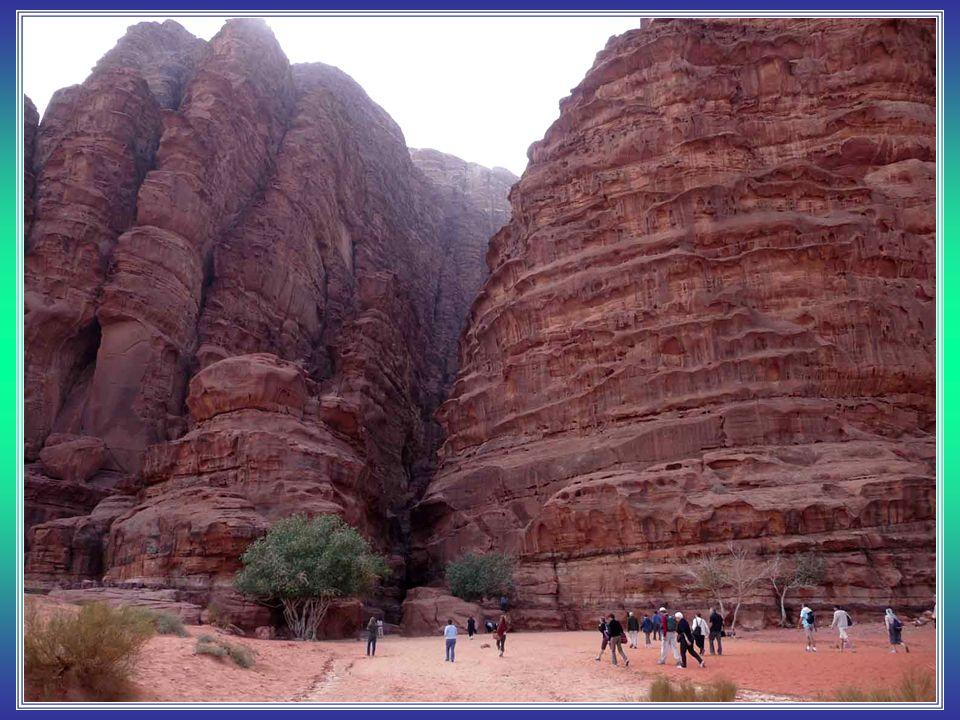 Jordánsko je také domovem dvou okázalých zajímavostí na Blízkém Východě. Petra - starodávné město Nabatejců bude možná v obležení turistů, však jde ta