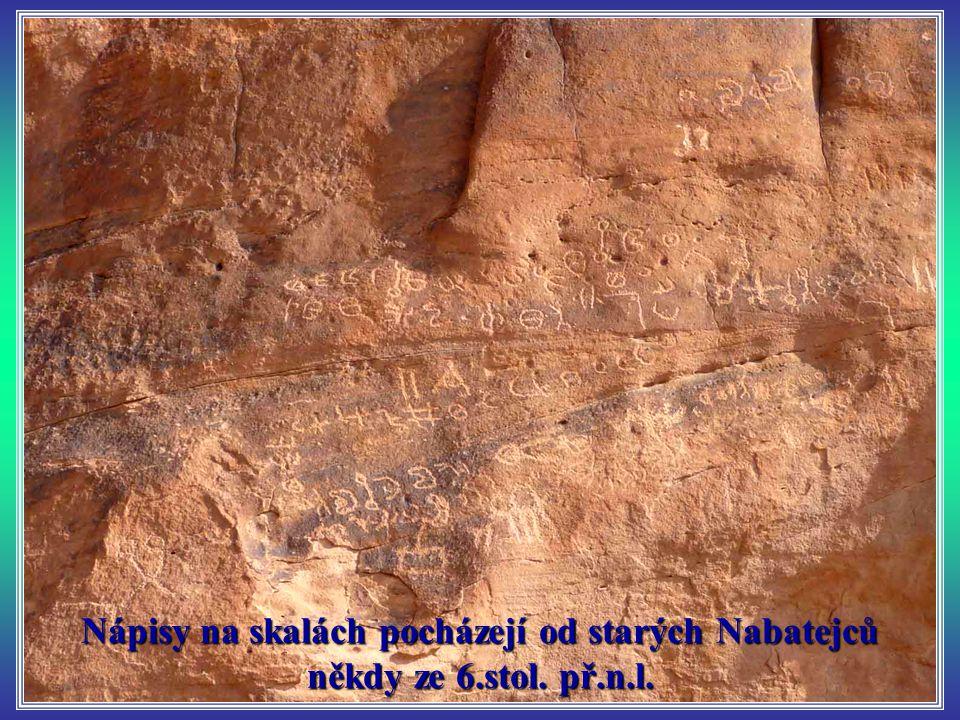 Nápisy na skalách pocházejí od starých Nabatejců někdy ze 6.stol. př.n.l.
