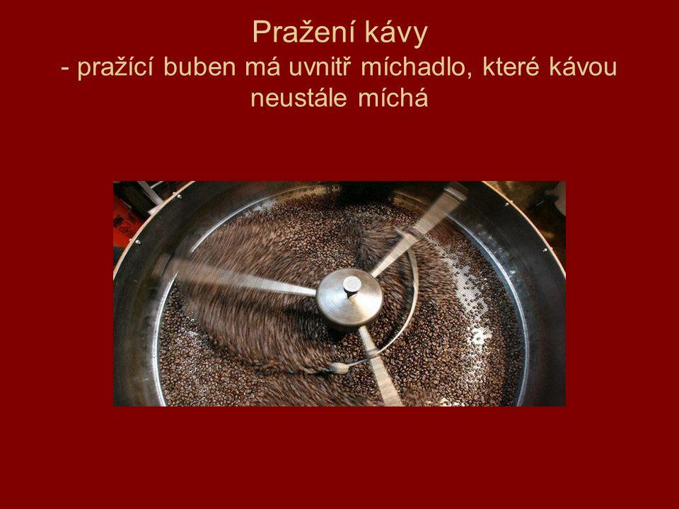 Pražení kávy - pražící buben má uvnitř míchadlo, které kávou neustále míchá