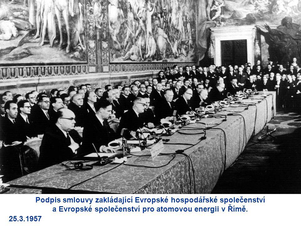 Podpis smlouvy zakládající Evropské hospodářské společenství a Evropské společenství pro atomovou energii v Římě. 25.3.1957