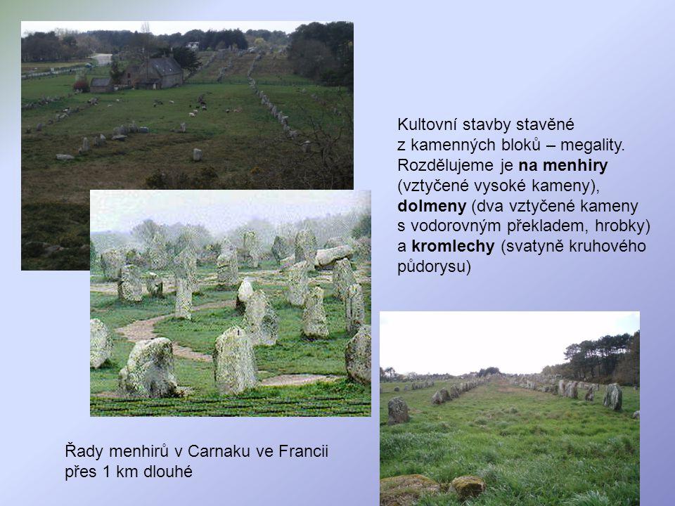 Řady menhirů v Carnaku ve Francii přes 1 km dlouhé Kultovní stavby stavěné z kamenných bloků – megality. Rozdělujeme je na menhiry (vztyčené vysoké ka