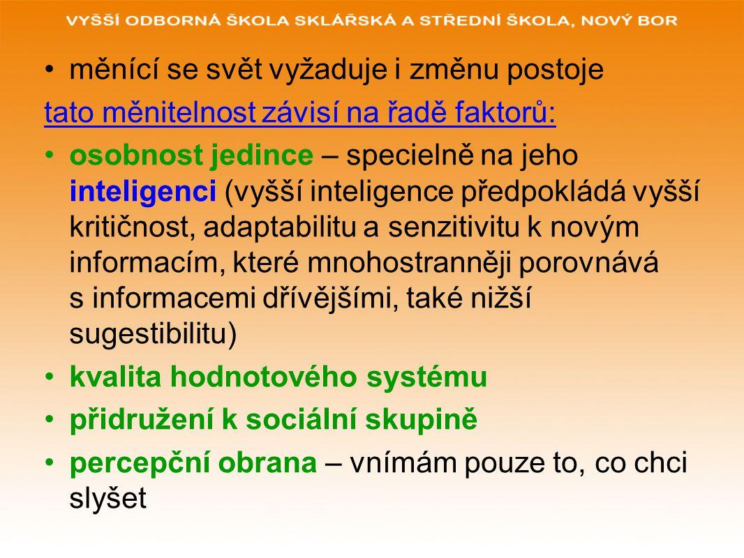 osobnost a její postojová změna závisí na inteligenci, všeobecné přesvědčitelnosti, obraně sebe (lidé s vysokým stupněm sebeobrany se houževnatě drží postojů, které podporují jejich sebehodnocení, když vycházejí ze starých informací)