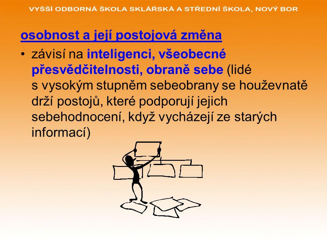 osobnost a její postojová změna závisí na inteligenci, všeobecné přesvědčitelnosti, obraně sebe (lidé s vysokým stupněm sebeobrany se houževnatě drží