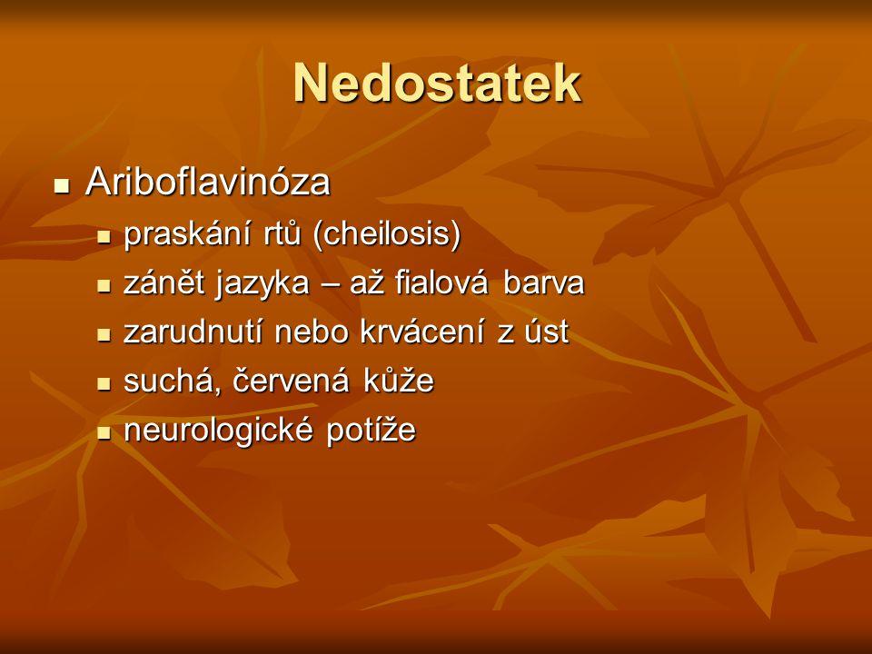 Nedostatek Ariboflavinóza Ariboflavinóza praskání rtů (cheilosis) praskání rtů (cheilosis) zánět jazyka – až fialová barva zánět jazyka – až fialová b