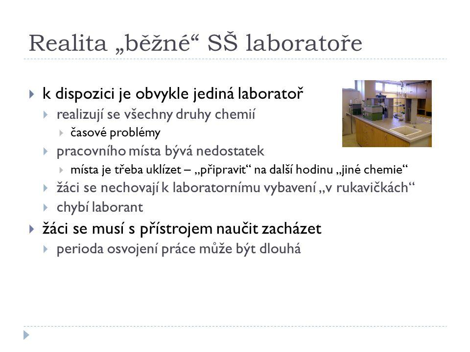 """Realita """"běžné SŠ laboratoře  k dispozici je obvykle jediná laboratoř  realizují se všechny druhy chemií  časové problémy  pracovního místa bývá nedostatek  místa je třeba uklízet – """"připravit na další hodinu """"jiné chemie  žáci se nechovají k laboratornímu vybavení """"v rukavičkách  chybí laborant  žáci se musí s přístrojem naučit zacházet  perioda osvojení práce může být dlouhá"""