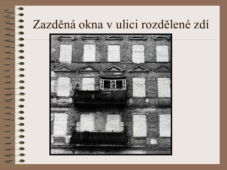 Stavba zdi Stavbě zdi ustoupilo vše, co bylo v cestě - bouraly se domy, dokonce i kostely. V domech sousedících s hranicí byla zatlučena okna na Západ