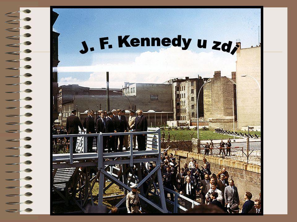 """Návštěva berlína Památná je návštěva prezidenta USA J. F. Kennedyho v Berlíně roku 1963, který svou řeč ukončil německy pronesenou větou """"Ich bin ein"""