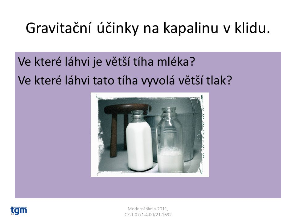 Gravitační účinky na kapalinu v klidu. Ve které láhvi je větší tíha mléka.
