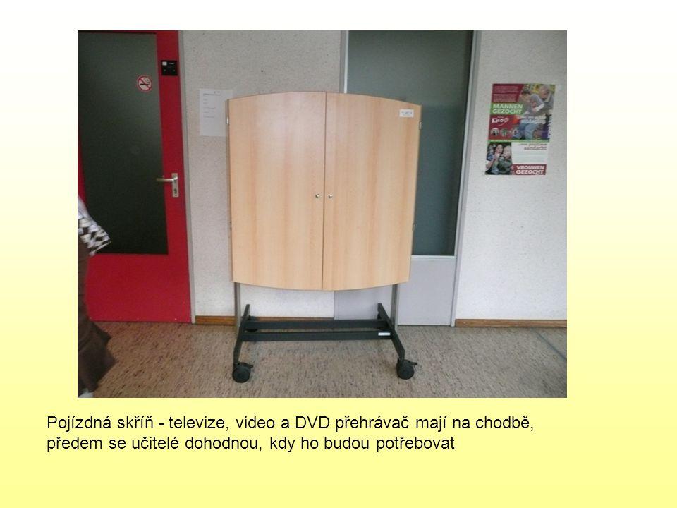 Pojízdná skříň - televize, video a DVD přehrávač mají na chodbě, předem se učitelé dohodnou, kdy ho budou potřebovat