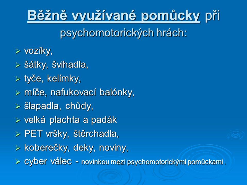 Běžně využívané pomůcky při psychomotorických hrách:  vozíky,  šátky, švihadla,  tyče, kelímky,  míče, nafukovací balónky,  šlapadla, chůdy,  ve
