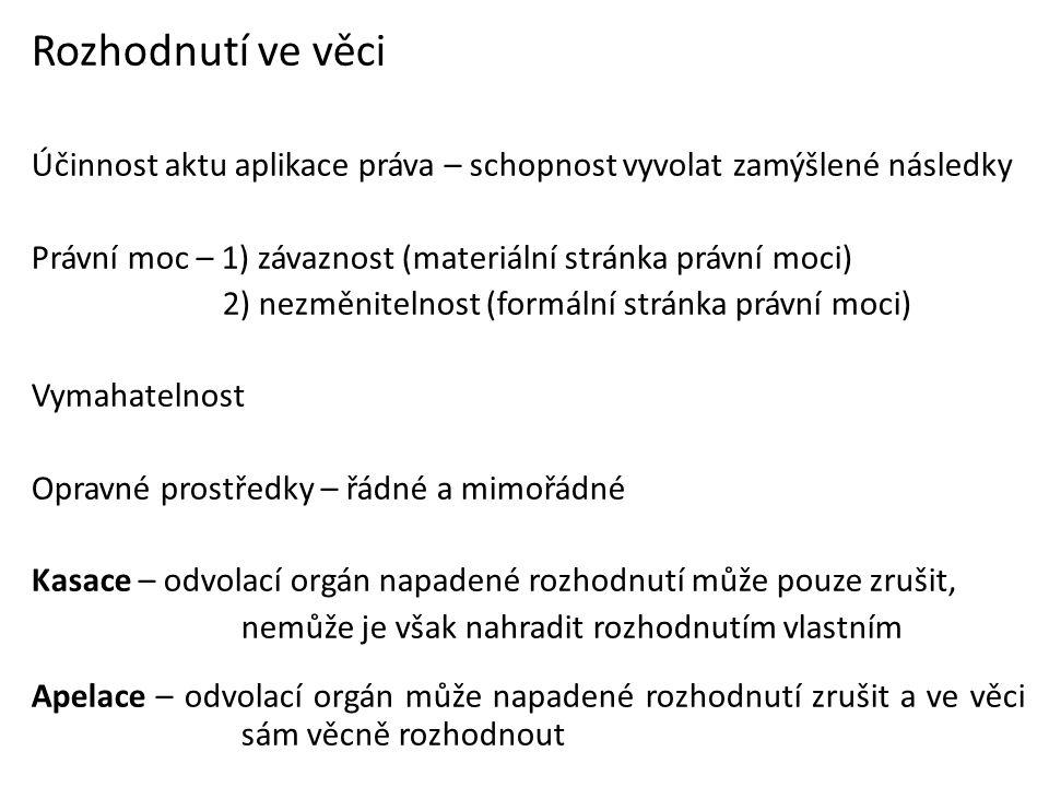 Účinky opravného prostředku 1) devolutivní (odvalovací) rozhodnutí se přesouvá na orgán vyšší instance výjimky z devolutivního účinku a) autoremedura – nápravu sjedná sám orgán, jehož rozhodnutí bylo napadeno (uzná své pochybení) b) rozklad (opravný prostředek proti rozhodnutí, kde již v prvním stupni rozhodnuto ústředním orgánem státní správy) 2) suspenzivní (odkladné) rozhodnutí nenabude právní moci (odkládá se právní moc) Presumpce správnosti – rozhodnutí ač věcně vadné právně zavazuje až do chvíle, kdy je pro vadu, jíž trpí, zrušeno jiným rozhodnutím Nulitní správní akt (paakt) - vada jíž trpí je natolik vážná, že na rozhodnutí se pohlíží jako by vůbec nebylo vydáno (nemá právní účinky)