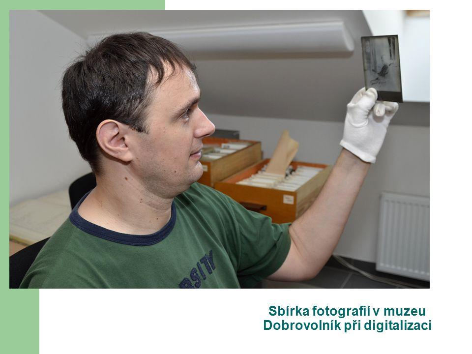 Sbírka fotografií v muzeu Dobrovolník při digitalizaci