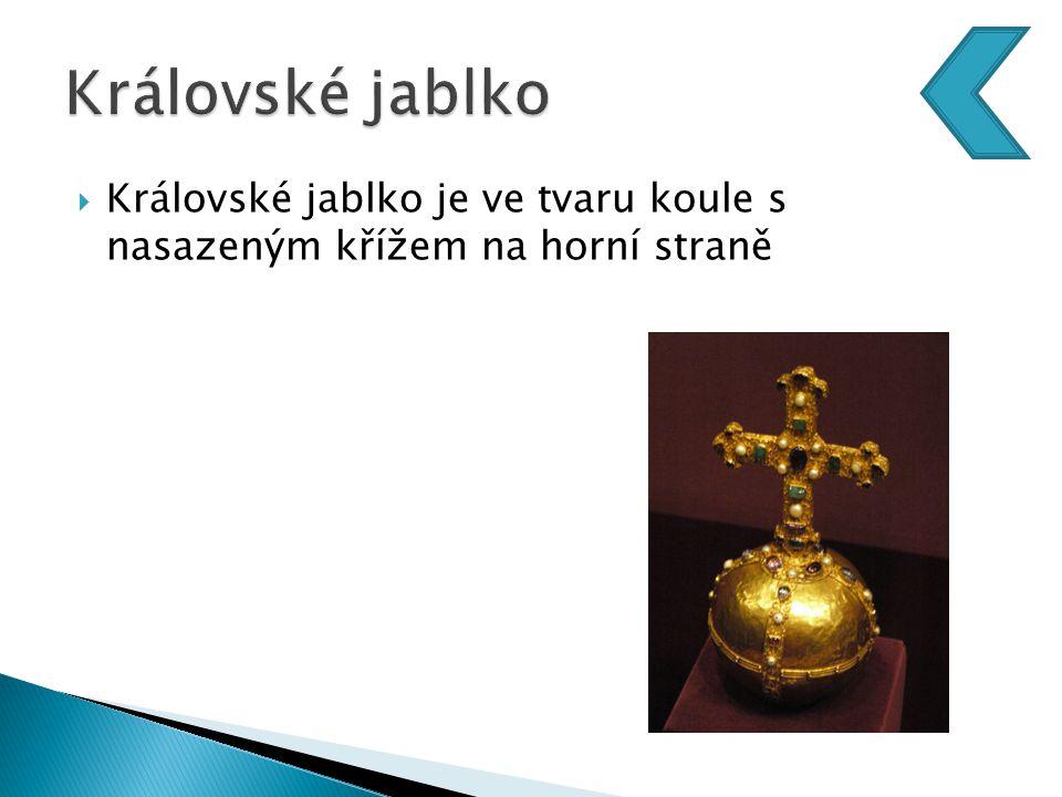  Královské jablko je ve tvaru koule s nasazeným křížem na horní straně