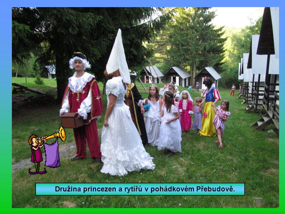 Družina princezen a rytířů v pohádkovém Přebudově.