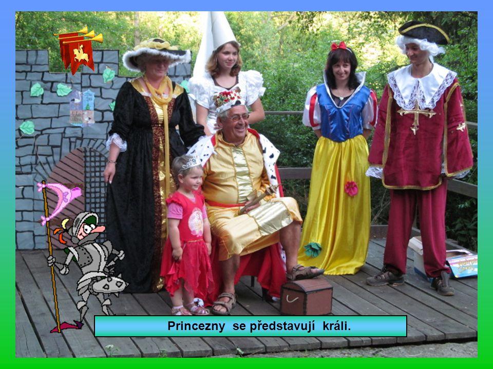 Princezny se představují králi.