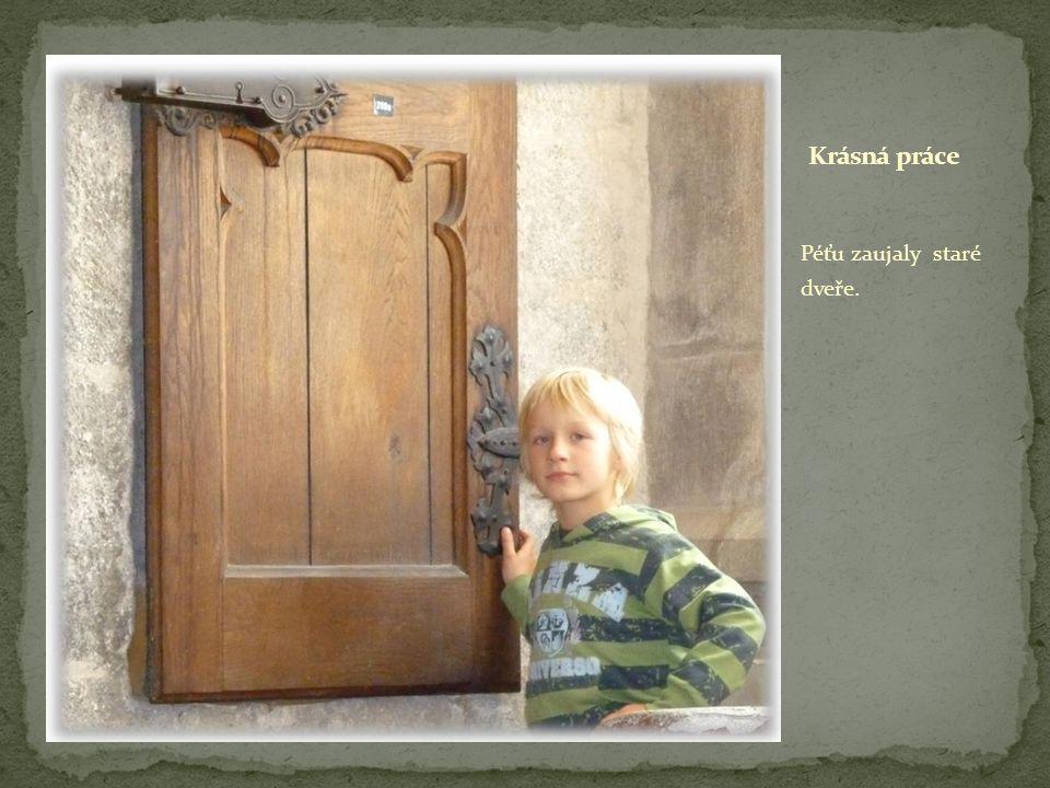 Péťu zaujaly staré dveře.