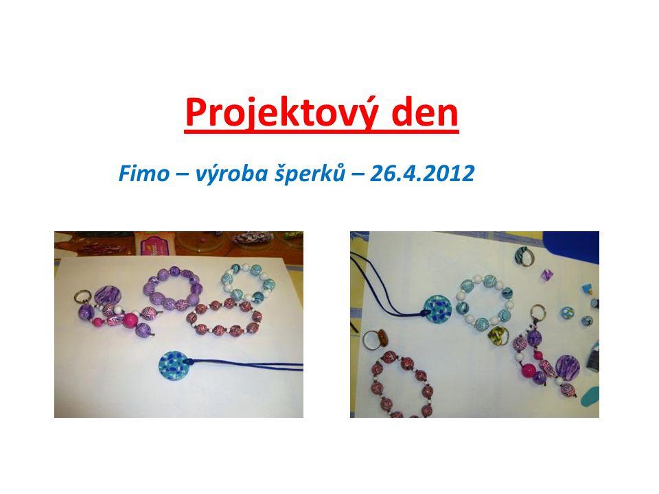 Paní Kohoutová seznámila děvčata s postupem práce při výrobě šperků