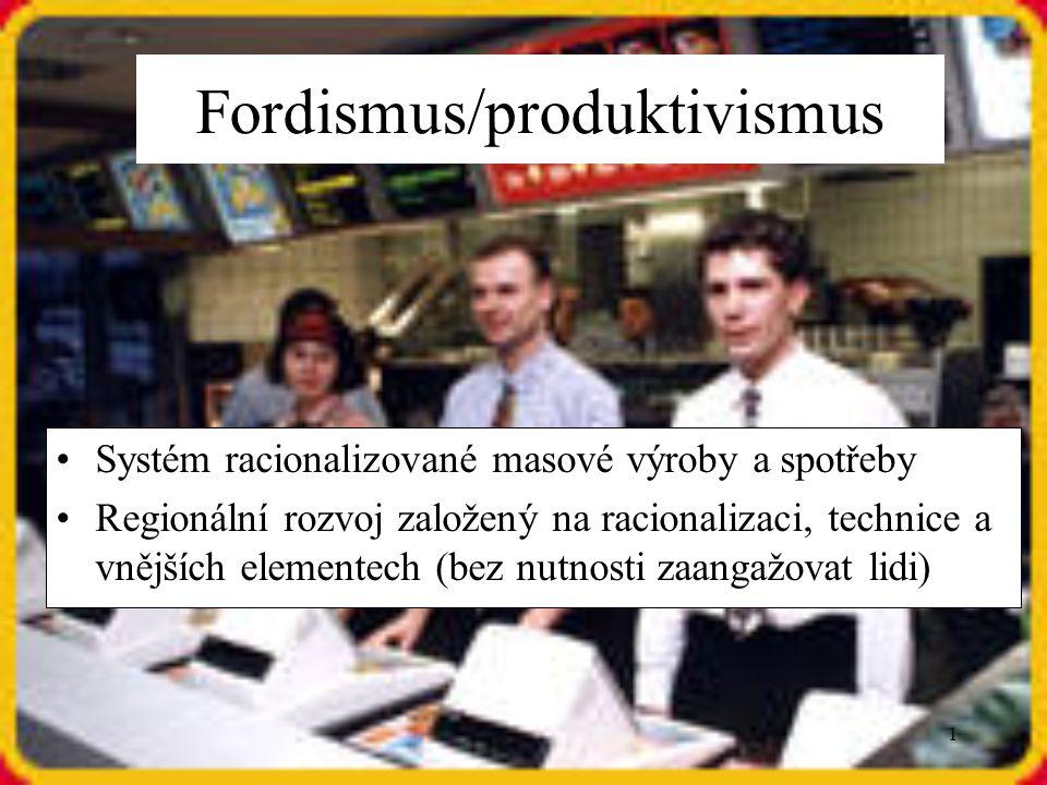 12 Post-fordismus/post-produktivismus Příklon k flexibilním formám kapitalismu (neustálé změny) Decentralizace a diverzifikace výrob Využití ICT, neustálé zavádění nejnovějších technologií Využívání nehmotných forem kapitálu Zvýšené využití neformální (ne stálé zaměstnání) a marginální (nelegální) pracovní síly Vyhledávání výhodných výrobních faktorů po celém světě s cílem vyhnout se vysokým nákladům na pracovní sílu, ochranu životního prostředí, odporu zaměstnanců a dalším formám státních zásahů