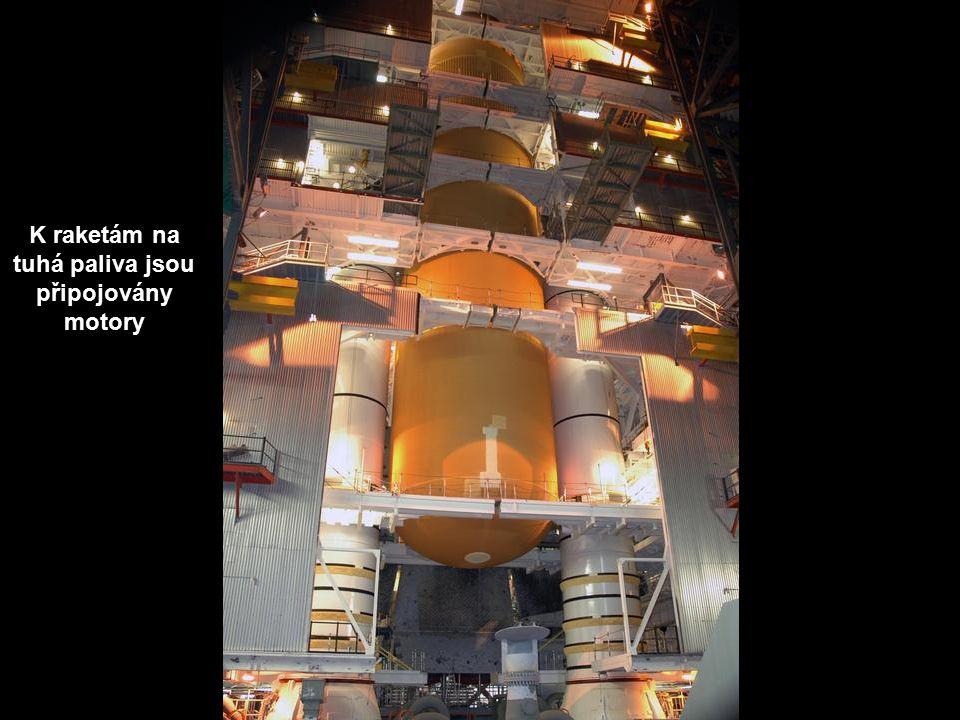 K raketám na tuhá paliva jsou připojovány motory