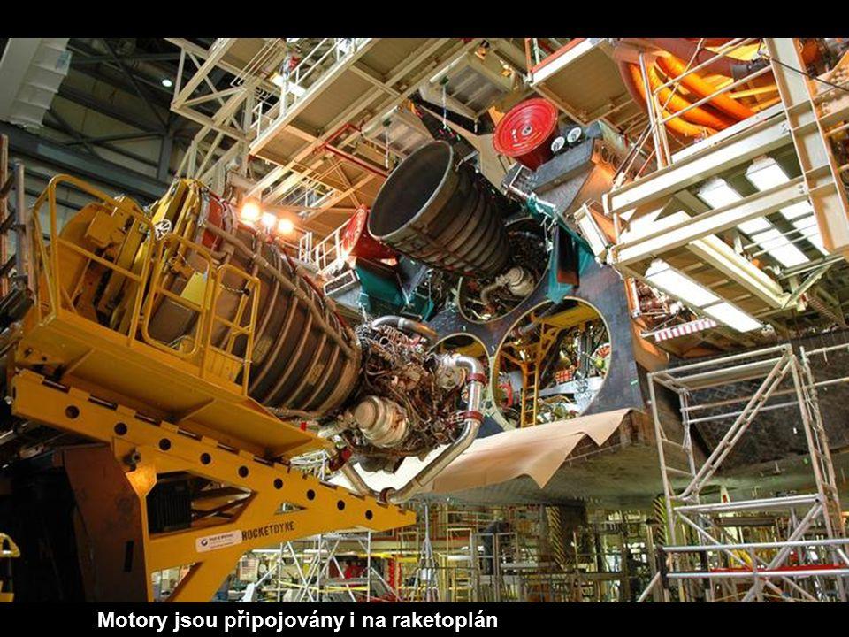 Motory jsou připojovány i na raketoplán