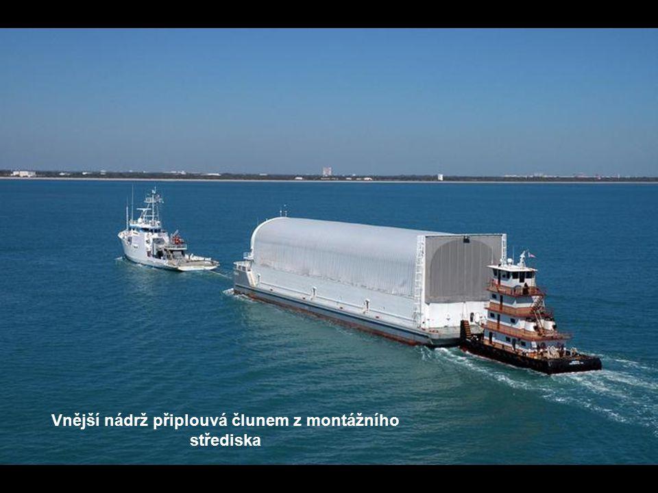 Vnější nádrž připlouvá člunem z montážního střediska