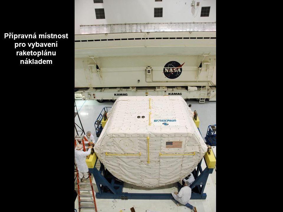 Přípravná místnost pro vybavení raketoplánu nákladem