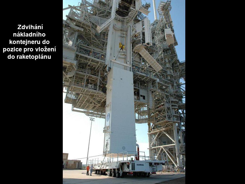 Zdvihání nákladního kontejneru do pozice pro vložení do raketoplánu