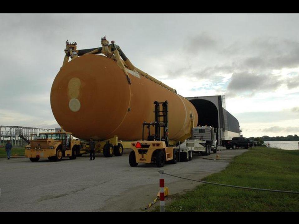 Vnější nádrž zajíždí do VAB