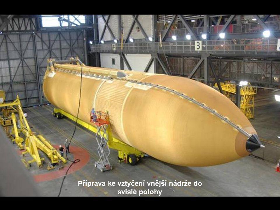 Raketoplán je připojován k vnější nádrži