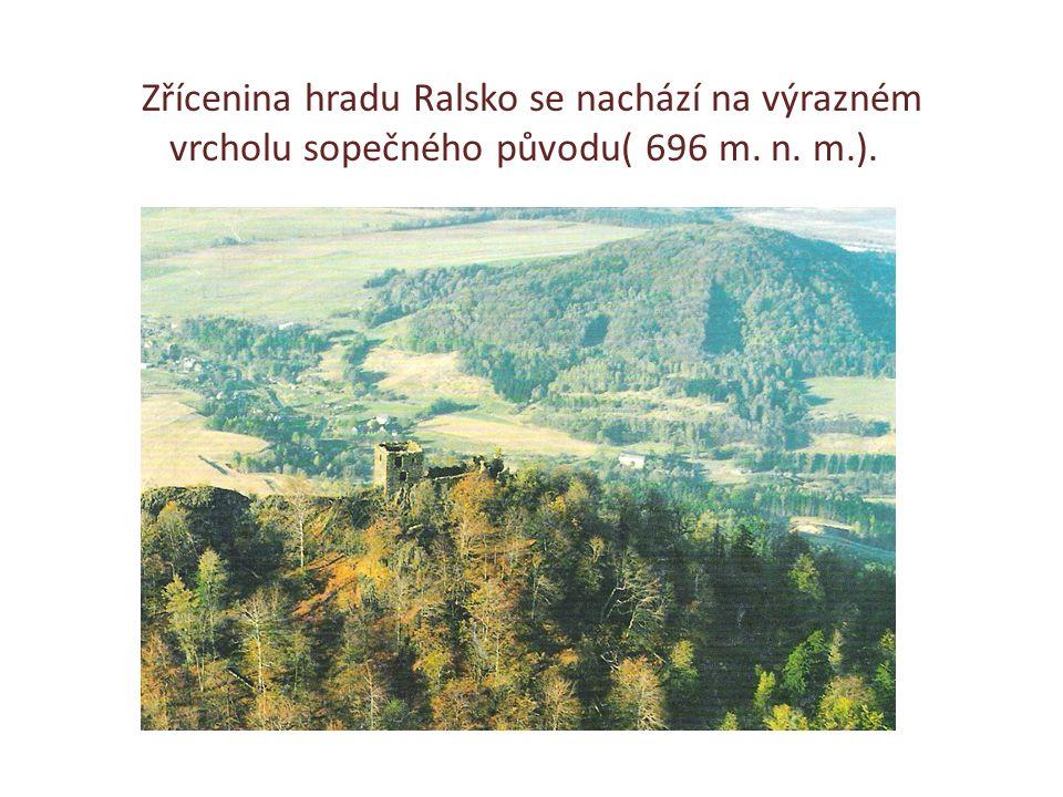 Zřícenina hradu Ralsko se nachází na výrazném vrcholu sopečného původu( 696 m. n. m.).