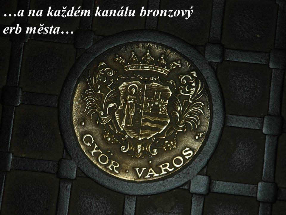 …a na každém kanálu bronzový erb města…