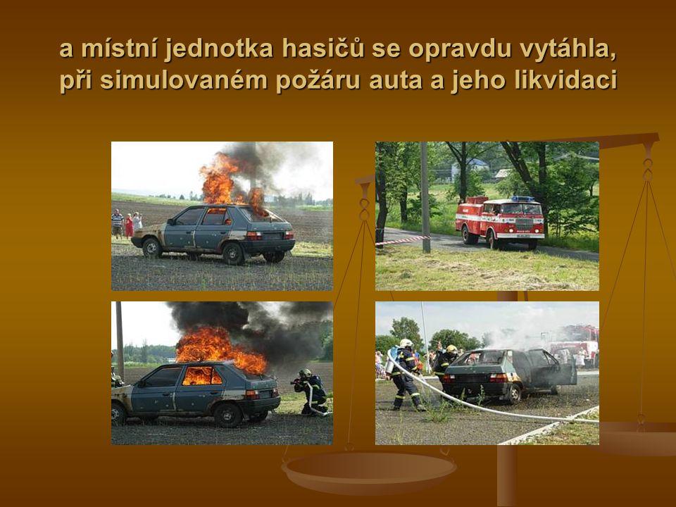 a místní jednotka hasičů se opravdu vytáhla, při simulovaném požáru auta a jeho likvidaci