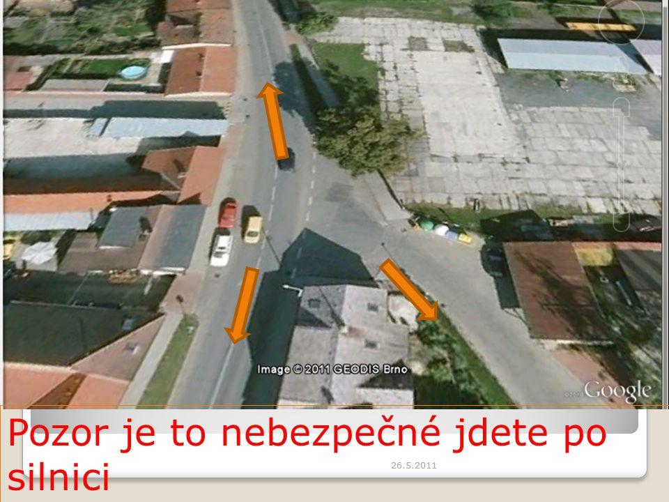 Pozor je to nebezpečné jdete po silnici